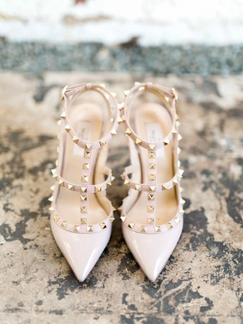 Brides nude Valentino rockstud heels for summer wedding at Hickory Street Annex in Dallas, TX - Photos by Elisabeth Carol Photography
