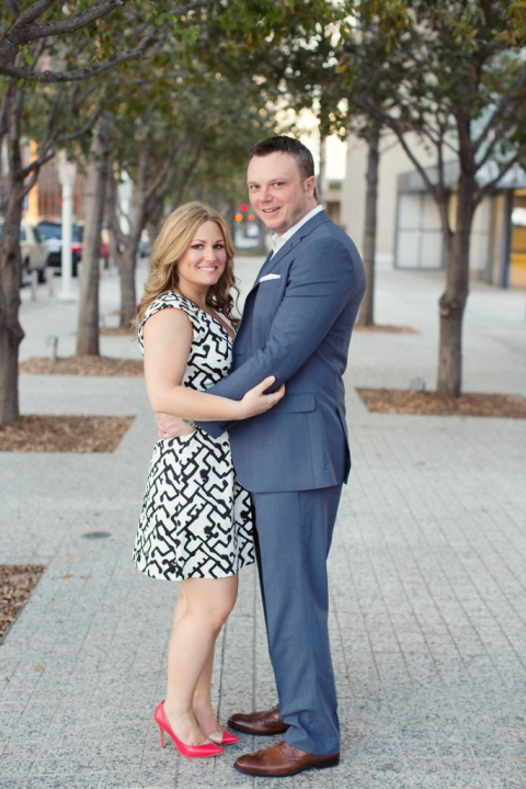 Outdoor engagement photos in Downtown Dallas - Photo by Joshua Aull Photography