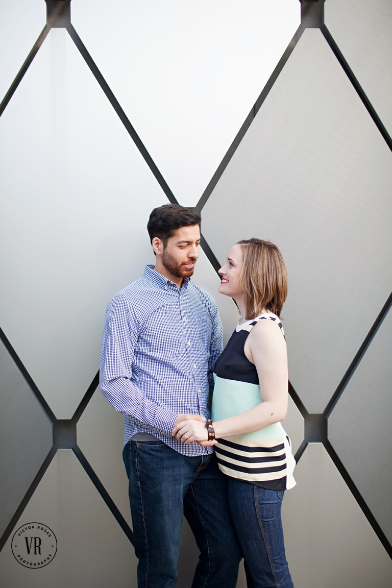 Downtown Dallas engagement photos - Photo by Victor Rosas Photography