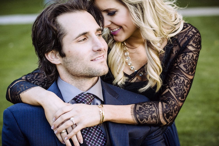Outdoor engagement pictures in Downtown Dallas - Photo by Jenny & Eddie