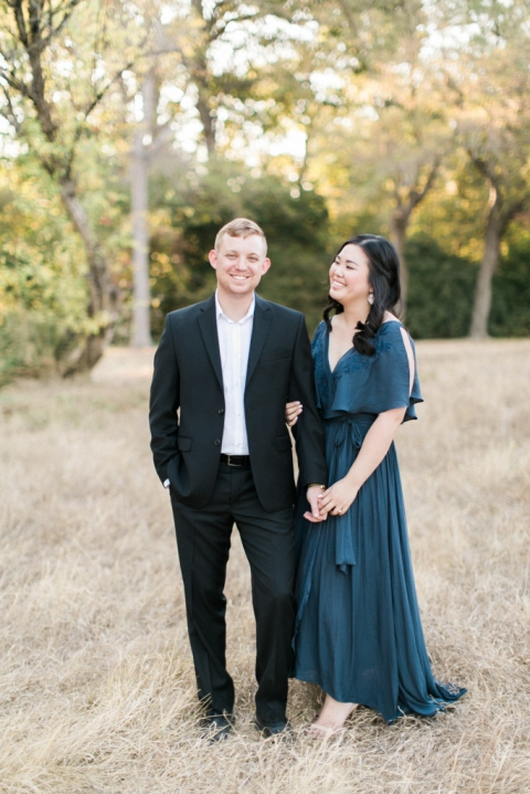 Outdoor engagement pictures in Dallas, TX - Photo by Elisabeth Carol Photography