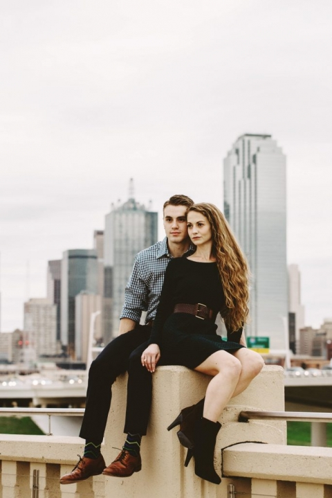 Outdoor engagement photos with Dallas skyline in background - Photos by Stephanie Rogers Photography